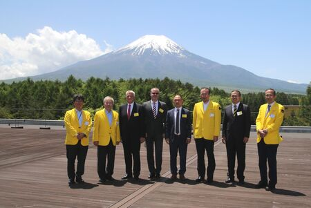 Prof. Dr.-Ing. Juergen Kletti (third from left) and the MPDV delegation were honored by the presence of FANUC shareholder Dr.Eng Yoshiharu Inaba (second from left) during their visit to the FANUC headquar-ter at the base of Mount Fuji.