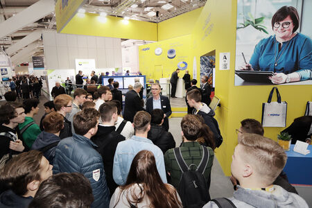 Numerous visitors at the MPDV booth inform themselves about trends and solutions around the Smart Factory.